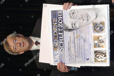 Luxemburg Prime Minister Jean-claude Juncker Holds Up the 'Goldenes Schlitzohr 2004' (golden Rascal 2004) Awards Certificate at the Awards Ceremony in Muelheim an Der Ruhr Germany Tuesday 30 November 2004 Juncker Received the 25 000 Euros Endowed Award From the 'Internationaler Club Der Schlitzohren' (international Rascal Club) Which Presents the Golden Rascal Award to a Person Which Has Shown to Be a Rascal in a Positive Sense Award Winners Are Obliged to Donate the Award Money For a Charity Project Helping Children in Need the Golden Rascal Award Has Among Others Been Won by Actor Sir Peter Ustinov and Former German Foreign Minister Hans-dietrich Genscher Germany Muelheim an Der Ruhr