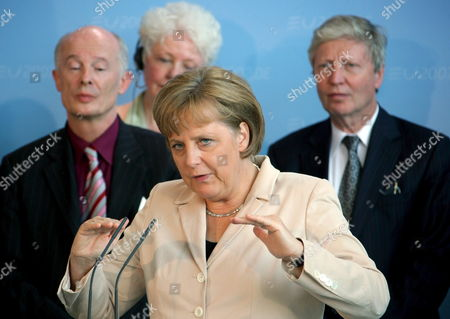 German Chancellor Angela Merkel (cdu) Talks About the Presentation of the International Academy Statement About Climate Protection For the G8 Summit at a Press Conference in Berlin Germany 16 May 2007 Hans-joachim Schellnhuber Director of the Potsdam Institute For Climatic Consequences Reasearch (l) and Jules a Hoffmann Director of the Institure For Molecular and Cell Biology of the Cnrs (centre National De La Recherche Scientifique) in Strasbourg Take Part in the Meeting Germany Berlin