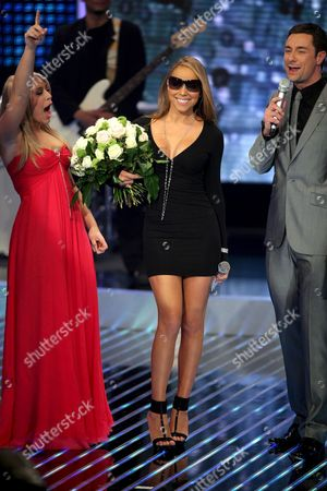 Us Singer Mariah Carey (c) Holds a Bunch of Flowers As 16-year-old Candidate Linda Teodosiu (l) and Presenter Marco Schreyl Stand by After Carey Performed During the German Television Station Rtl Show 'Deutschland Sucht Den Superstar' (germany's Next Superstar) in Cologne Germany on 05 April 2008 Carey Performed Her Latest Song 'Touch My Body' Germany Cologne