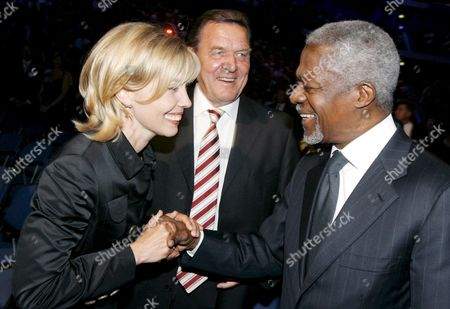 Former Un Secretary-general Kofi Annan (r) Shakes Hands with Former German Chancellor Gerhard Schreoeder (c) and His Wife Doris Schroeder-koepf (l) at the Festivity on the 20th Anniversary of Financial Service Provider Awd in Hanover Germany 05 July 2008 Awd Holding Ceo Carsten Maschmeyer Had Invited Prominent Guests to His Private House in Essen the Celebrations Continued on the Former Expo Premises in Hanover Germany Hanover