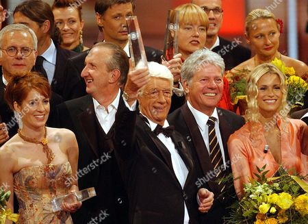 Dutch Showmaster Rudi Carrell (c) Smiles Amidts Laureates and His Colleagues Harald Schmidt (l Rear) Mike Krger (2ndl) Gnther Jauch (c Up) and Michelle Hunziker (r) After Receiveing an Honorary Award During the German Television Awards 2003 in Cologne Saturday 27 September 2003 the German Television Awards of Television Channels Rtl Sat 1 Ard and Zdf Include 28 Categories Epa Photo/dpa/oliver Berg// Germany Cologne