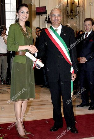 Her Majesty Queen Raina Al Abdullah of Giordania (l) Shakes Hands with Milan Major Gabriele Albertini (r) in Milan on 03 September 2005 After She was Given the Honoray Citizenship of the Town Italy Milano