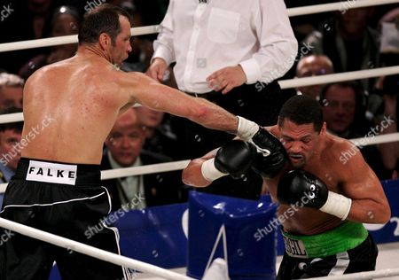 German Boxing Legend Henry Maske (l) Exchanges Punches with Us Boxing Wba Champion Virgil Hill (r) During Their Rematch Fight in Munich Germany Saturday 31 March 2007 Maske Won the Bout His First Fight Since His Defeat Against Hill in November 1996 Germany Munich