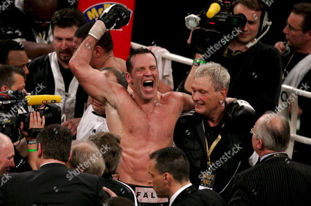 German Boxing Legend Henry Maske (c) Celebrates After Defeating Us Boxing Wba Champion Virgil Hill in Their Rematch Fight in Munich Germany Saturday 31 March 2007 It was the First Fight of Henry Maske Since His Defeat Against Hill in November 1996 Germany Munich