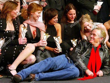 Us Actor Peter Fonda Poses with Winners of the 'Shooting Star' Award at the 54th Berlinale International Film Festival in Berlin on Sunday 08 February 2004 (from L) Eszter Onodi (hungary) Ana Geislerova (czech Republic) Thekla Reuten (netherlands) Maria Simon (germany) Und Eva Birthistle (great Britain) Germany Berlin