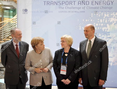 German Chancellor Angela Merkel (2-l) Finnland's Transport Minister Anu Vehvilaeinen (2r) Minister of Transport Wolfgang Tiefensee (r) and Jack Short Secretary General of the International Transport Forum (itf) Pose During the Itf in Leipzig Germany 29 May 2008 51 Transport Ministers and a Few Hundred Experts Attended the Global Platform For Transport Logistics and Mobility in Order to Give a Fresh Impetus to Strategies on How to Counter the Threatening Climatic Disaster According to the Oecd the Transport Sector Has a 23 Per Cent Share in the Worldwide Co2 Emissions the International Transport Forum Therefore Investigates How to Lower Emissions in Automobile and Air Traffic As Well As in Shipping Germany Leipzig