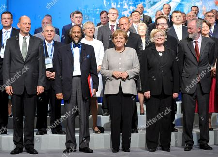German Chancellor Angela Merkel (c) Finland's Transport Minister Anu Vehvilaeinen (2-r) Secretary General of the International Transport Forum (itf) Jack Short (r) Nobel Peace Prize Laureate and Chair of the Intergovernmental Panel on Climate Change (ipcc) Rajendra Pachauri (2-l) and German Minister of Transport Wolfgang Tiefensee (l) Pose with Other Attendees During the Itf in Leipzig Germany 29 May 2008 Fifty-one Transport Ministers and a Few Hundred Experts Attended the Global Platform For Transport Logistics and Mobility in Order to Give a Fresh Impetus to Strategies on How to Counter the Threatening Climatic Disaster According to the Oecd the Transport Sector Has a 23 Per Cent Share in the Worldwide Co2 Emissions the International Transport Forum Therefore Investigates How to Lower Emissions in Automobile and Air Traffic As Well As in Shipping Germany Leipzig
