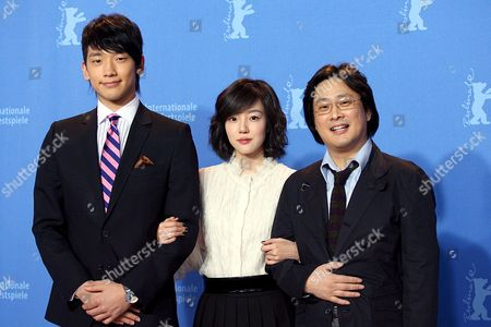 (l-r) South Korean Pop Star and Actor Rain (jung Ji-hoon) Actress Lim Soo-jung and Director Park Chan-wook Pose During a Photocall to Present the Film 'I'm a Cyborg But That's Ok' Running in Competition at the 57th Berlinale International Film Festival in Berlin on Friday 09 February 2007 the Festival Runs From February 8-18 Germany Berlin