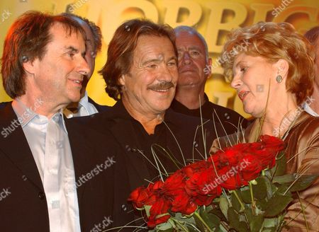 Actress Christiane Hoerbiger (r 'Schtonk') Holds a Bunch of Red Roses Saturday 09 April 2005 As She Talks to Actor Goetz George (c) and Irish Singer Chris De Burgh (l) After the Recording of the 'Christiane Hoerbiger Gala' to Be Screened on 26 May the 66-year-old Actress was Honoured For Her 50th Cinema Anniversary Germany Hamburg