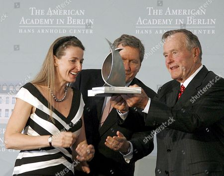 Former Us-president George Bush (r) with the Henry-kissinger-award at the American Academy in Berlin Germany 03 July 2008 Bush was Awarded For His Merits on the German Unity Gabriela Von Habsburg (l) and Former Ambassador Richard Holbrooke (c) Handed the Award Over Former Us Foreign Minister Henry Kissinger (unseen) Held the Laudatory Speech Germany Berlin