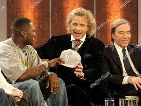 Tv Host German Thomas Gottschalk (c) Chats with Us Musician 50 Cent (l) While German Soccer Legend Guenther Netzer (r) Smiles During the German Tv Show 'Wetten Dass ?' ('bet That ') in Duesseldorf Saturday 10 December 2005 Germany Duesseldorf