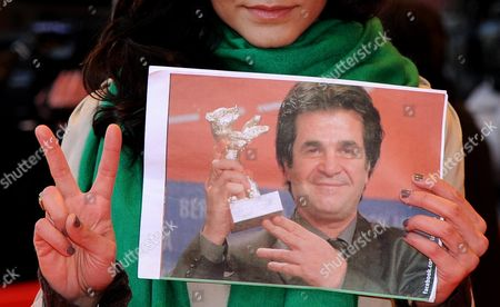 Iranian Born German Actress Pegah Ferydoni Shows a Photo of the Iranian Director Jafar Panahi During Her Arrival For the Film 'Offside' During the 61st Berlin International Film Festival in Berlin Germany 11 February 2011 the Film of the Imprisoned Panahi is Running in a Special Screeing of the International Film Festival the 61st Berlinale Runs From 10 to 20 February 2011 Germany Berlin