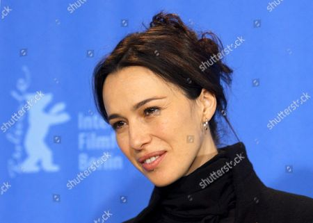 Spanish Actress and Cast Member Ariadna Gil Poses at the Photocall For the Film 'Just Walking' by Spanish Director Agustin Diaz Yanes at the 59th Berlin International Film Festival in Berlin Germany 07 February 2009 the Film Runs in the Panorama Special Section a Total of 18 Film Compete For the Silver and Golden Bears of the 59th Berlinale Germany Berlin