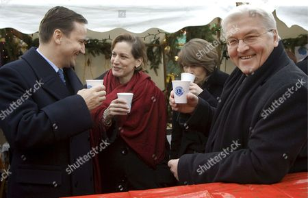 German Foreign Minister Frank-walter Steinmeier (r) His Wife Elke Buedenbender (2-r) Polish Foreign Minister Radoslaw Sikorski (l) and His Wife Anne Applebaum (2-l) Trink Mulled Wine During a Visit of Potsdam's Christmas Fair (sternenmarkt) Which Takes Place Under the Motto 'Weihnachtliche Begegnung Mit Polen' (literally: Christmas Meeting with Poland) in Potsdam Germany 06 December 2008 Poland's Foreign Minister is Currently on a Two-day Visit to Germany Germany Potsdam