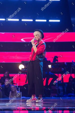 Tanya Lacey performs All The Man That I Need by Whitney Houston. Sir Tom and Gavin turn. Tanya chooses Gavin as her coach