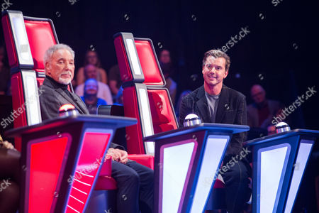 Tom Jones and Gavin Rossdale as Tanya Lacey performs All The Man That I Need by Whitney Houston. Sir Tom and Gavin turn. Tanya chooses Gavin as her coach