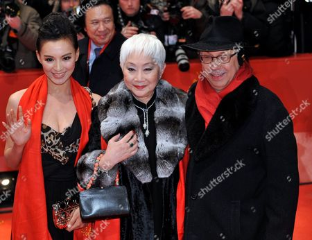 Chinese Actresses Monica Mo (l) and Lisa Lu and Berlinale Director Dieter Kosslick Arrive For the Premiere of the Opening Film 'Tuan Yuan' ('apart Together') That Runs in Competition of the 60th Berlin International Film Festival in Berlin Germany 11 February 2010 the Festival Runs Until 21 Febuary 2010 Germany Berlin