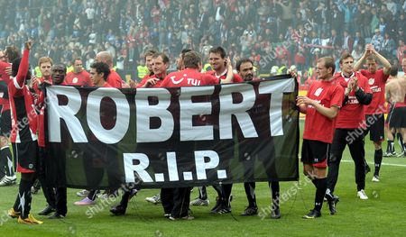 Hanover's Players Commemorate Their Former Goalkepper and Skipper Robert Enke who Committed Suicide on 10 November 2009 After German Bundesliga Match Vfl Bochum Vs Hanover 96 at Rewirpower Stadium in Bochum Germany 08 May 2010 Hanover Defeated Bochum with 3-0 and Remains in the Top Flight While Bochum is Relegated to 2nd Division Photo: Franz-peter Tschauner (attention: Embargo Conditions! the Dfl Permits the Further Utilisation of the Pictures in Iptv Mobile Services and Other New Technologies Only No Earlier Than Two Hours After the End of the Match the Publication and Further Utilisation in the Internet During the Match is Restricted to Six Pictures Per Match Only ) Germany Bochum