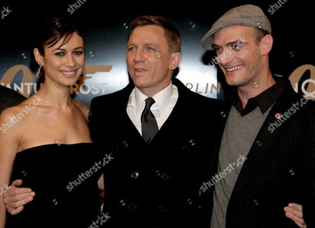 British Actor Daniel Craig (c) Bond-girl Ukrainian Actress Olga Kurylenko (l) and Swiss Actor Anatole Taubman Arrive For the German Premiere of German-swiss Film Director Marc Forsters 'Quantum of Solace' in Berlin Germany 03 November 2008 the Film is the Twenty-second Part in the James Bond Franchise and Tells the Story of British Secret Agent 007 who is on a Mission to Stop a Powerful Illegal Cartell From Taking Over Some of the World's Most Precious Natural Resources Germany Berlin