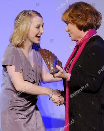 German Actress Hannelore Hoger (r) Presents German Actress Anna Maria Muehe the Award For Her Film 'Novemberkind' (november Child) in the Category 'Feature Film/ Cinema' at the 'Deutscher Hoerfilmpreis' Gala in Berlin Germany 19 March 2009 the Awards For Films with a Special Audio Track For the Visually Impaired Were Bestowed in the Categories 'Television Film' and 'Feature Film/ Cinema' Germany Berlin