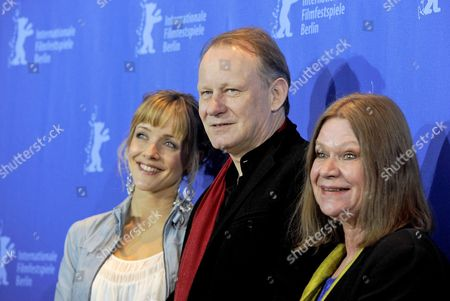 Norwegian Actress Jannike Kruse Jatog (l-r) Swedish Actor Stellan Skarsgard and Norwegian Actress Jorunn Kjellsby Pose During the Photocall For the Film 'A Somewhat Gentle Man' During the 60th Berlin International Film Festival in Berlin Germany 15 February 2010 the Movie by Norwegian Director Hans Petter Moland is Presented in Competition at the Festival Running Until 21 Febuary Germany Berlin의 스톡 사진