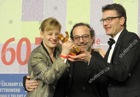 Turkish Director Hasan Semih Kaplanoglu (c) who Won the Golden Bear For the Best Film For the Movie 'Honey' Poses with Producers Bettina Brokemper (l) and Johannes Rexin During the Press Conference After the Closing Ceremony of the 60th Berlinale International Film Festival in Berlin Germany 20 February 2010 Up to 400 Films Are Shown Every Year As Part of the Berlinale's Public Programme the Berlinale is Divided Into Different Sections Each with Its Own Unique Profile Germany Berlin