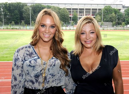 Swedish Singer Agnes Carlsson (l) and Usásinger Taylor Dayne (r)ápose During a Press Conference on the Gay Games in Cologne Germany 30 July 2010 ácarlsson Performs at the Opening Ceremony when Some 10 000 Athletes From 70 Nation Compete in the Gay Games From 31 July on Germany Cologne