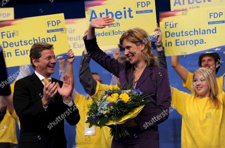 Chariman of the Liberals (fdp) Guido Westerwelle (l) Applaudes to Silvana Koch-mehrin (c) Fdp's Top Candidate For the Euroepan Elections at the Federal Party Convention in Hanover Germany 17 May 2009 Germany Hanover