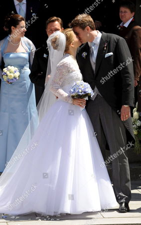 Groom Hubertus Michael Hereditary Prince of Saxony-coburg and Gotha and His Newly Wedded Wife Kelly Jeanne (n?e Rondestvedt) Kiss As They Leave the Church After Their Wedding in Coburg Germany 23 May 2009 Some 400 Guests Many of Which Celebrities and European Aristocrats Attended the Wedding Germany Coburg