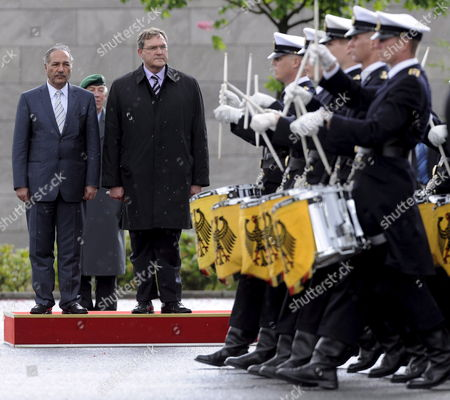 German Defence Minister Franz Josef Jung (2-l) Greets His Pakistani Counterpart Chaudry Ahmad Mukhtar (l) with Military Honours For Talks in Berlin Germany 06 May 2009 Germany Berlin