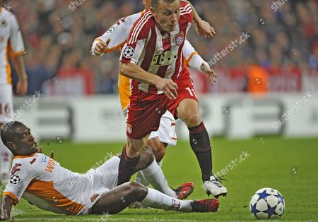 Munich's Ivica Olic (r) Vies For the Ball with Roma's Juan Silveira Dos Santos During During Their Uefa Champions League Group E Soccer Match Between Bayern Munich and As Roma at the Allianz Arena in Munich Germany 15 September 2010 Germany Munich