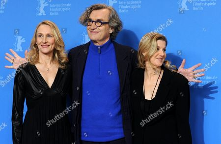 German Director Wim Wenders Poses with Dancers of the Ensemble Tanztheater Wuppertal Pina Bausch Julie Shanahan (l) and Barbara Kaufmann During the Photocall For the Film 'Pina' During the 61st Berlin International Film Festival in Berlin Germany 13 February 2011 the Film by Wim Wenders is Presented out of Competition at the International Film Festival the 61st Berlinale Runs From 10 to 20 February 2011 Germany Berlin