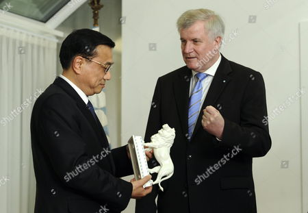 The Bavarian Prime Minister Horst Seehofer (r) After Presenting the Chinese Vice Prime Minister Li Keqiang (l) with a Porcellan Lion Figure at the Bavarian State Chancellery in Munich Germany 08 January 2011 Reports State That Vice Premier Li Kequiang is on a Visit to Europe Which Includes Spain Germany and Britain Germany Munich