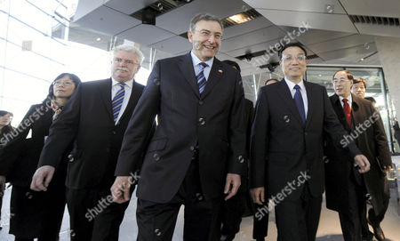 Bavarian Minister of Economy Martin Zeil (2-l) Bmw Chairman of the Board Norbert Reithofer (m) and the Chinese Vice Prime Minister Li Kequiang (2-r) Talk During a Visit to the Bmwáworld in Munich Germany 08 January 2011 Reports State That Vice Premier Li Kequiang is on a Visit to Europe Which Includes Spain Germany and Britain Germany Munich