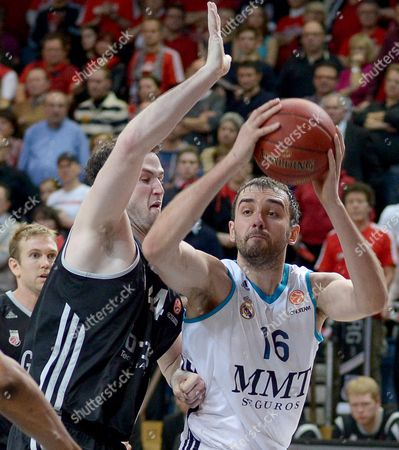 Bamberg's Andrew James Ogilvy (l) Tries to Stop Madrid's Mirza Begic During Their Group E Euroleague Basketball Match Between Brose Baskets Bamberg and Real Madrid at the Stechert-arena in Bamberg Germany 03 January 2013 Germany Bamberg