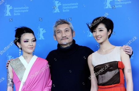 Chinese Director Tsui Hark (c) and Actresses Fan Hsiao Shuan (l) and Guey Lun Mei Pose at a Photocall For 'The Flying Swords of Dragon Gate' During the 62nd Berlin International Film Festival in Berlin Germany 17 February 2012 the Movie is Presented out of Competition at the 62nd Berlinale That Runs From 09 to 19 February Germany Berlin