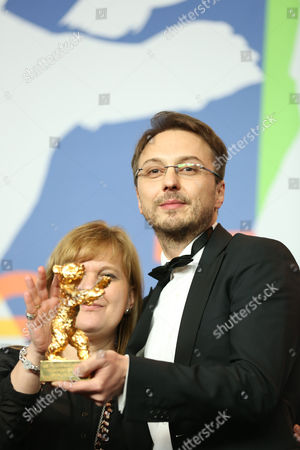 Romanian Director Calin Peter Netzer (r) and Producer Ada Solomon (l) Pose with the Golden Bear Award For Best Film For His Movie 'Pozitia Copilului' (child's Pose) During a Press Conference After the Closing Ceremony of the 63rd Annual Berlin International Film Festival in Berlin Germany 16 February 2013 the Berlinale Runs From 07 to 17 February Germany Berlin