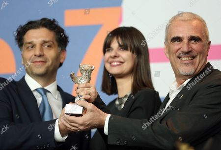 Bosnian Director Danis Tanovic (l) Producers Amra Baksic Camo (c) and Cedomir Kolar (r) Pose with the Silver Bear Jury Grand Prix For the Movie 'Epizoda U Zivotu Beraca Zeljeza' (an Episode in the Life of an Iron Picker) During a Press Conference After the Closing Ceremony of the 63rd Annual Berlin International Film Festival in Berlin Germany 16 February 2013 the Berlinale Runs From 07 to 17 February Germany Berlin