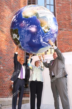 Jeremy Rifkin of the Foundation on Economic Trends (l-r) German Minister of Education and Research Annette Schavan and German Environment Minister Peter Altmaier Hold Up an Inflatable Globe with the Logo of the Green Economy Conference in Berlin Germany 04 September 2021 Schavan and Altmaier Inaugurated the Green Economy Conference in Berlin Germany Berlin