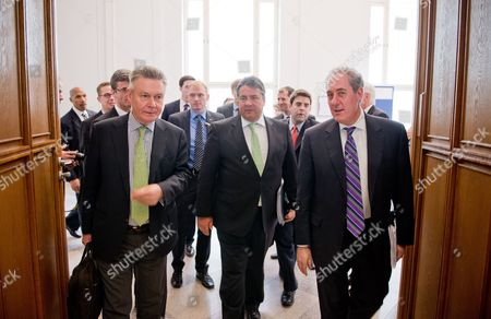 German Economy Minister Sigmar Gabriel (c) Us Trade Representative Michael Froman (r) and Eu Trade Commissioner Karel De Gucht Arrive For a Dialogue Event on the Transatlantic Free Trade Agreement Ttip Organized by the Federal Ministry of Economics in Berlin Germany 05 May 2014 Germany Berlin