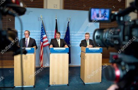 German Economy Minister Sigmar Gabriel (c) Us Trade Representative Michael Froman (l) and Eu Trade Commissioner Karel De Gucht Attend a Press Conference After a Dialogue Event on the Transatlantic Free Trade Agreement Ttip Organized by the Federal Ministry of Economics in Berlin Germany 05 May 2014 Germany Berlin