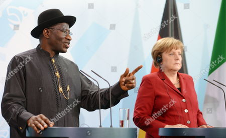 German Chancellor Angela Merkel (r) and Nigerian President Goodluck Ebele Jonathan Give a Press Conference at the Chancellery in Berlin Germany 19 April 2012 Germany Berlin