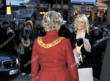 Mette-marit (r) Crown Princess of Norway is Greeted by Lord Mayor of Frankfurt Petra Roth (c) in Front of the City Hall in Frankfurt Am Main Germany 08 February 2012 the Norwegian Princess Will Open the Edvard Munch Exhibition at the Schirn Later the Same Day Germany Frankfurt Am Main