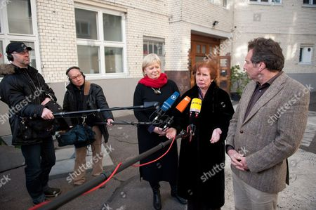 German Presidential Candiate Beate Klarsfeld (2-r) Gives an Interview with Party Leaders of the Left Party Gesine Loetzsch (3-l) and Klaus Ernst (r) in Berlin Germany 03 March 2012 Reports State That Beate Klarsfeld Best Known For Tracking Down War Criminals and Slapping a Chancellor is to Run For the German Presidency Against Joachim Gauck Germany Berlin