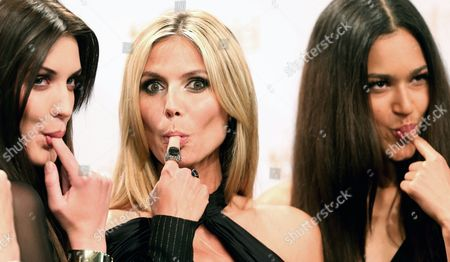 German Model Heidi Klum (c) Tastes a Cake During the Presentation of Finalists of Her Casting Show 'Germany's Next Topmodel' Luise Will (l) and Lovelyn Enebechi (r) at the Hotel Waldorf Astoria in Berlin Germany 27 May 2013 the Season Final of the Model Competition is Presented on Television 30 May Germany Berlin