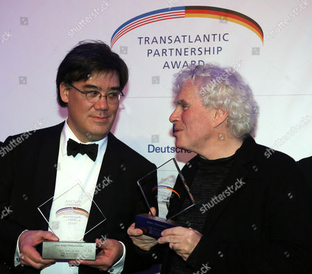 Us Conductor Alan Gilbert (l Music Director of the New York Philharmonic) and British Conductor Sir Simon Rattle (r Artistic Director of the Berliner Philharmoniker) Pose with the Transatlantic Partnership Award on Behalf of Their Orchestras For Their International Cultural Achievement During the Transatlantic Partnership Award Ceremony Held at the Jewish Museum in Berlin Germany 28 January 2014 Germany Berlin