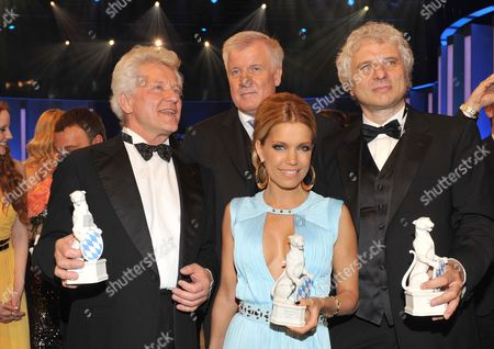 German Actors Udo Wachtveitl (r) and Miroslav Nemec (l) Dutch Television Personality and Model Sylvie Van Der Vaart (c) Pose While Holding Their Prizes with with Bavarian Prime Minister Horst Seehofer (c-back) During the Bavarian Television Awards Ceremony in Munich Germany 04 May 2012 the Bavarian Tv Award in the Form of a Panther Figure is Awarded Since 1989 Germany München
