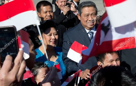 The President of Indonesia Susilo Bambang Yudhoyono and His Wife Ani Bambang Yudhoyono (c-l) Are Welcomed by Fellow Country People at the Brandenburg Gate in Berlin Germany 05 March 2013 Indonesia is This Year's Partner Country of the International Tourism Fair Itb Germany Berlin