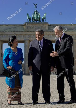 Berlin's Governing Mayor Klaus Wowereit (r) the President of Indonesia Susilo Bambang Yudhoyono and His Wife Ani Bambang Yudhoyono (l) Pose For the Camera at the Brandenburg Gate in Berlin Germany 05 March 2013 Indonesia is This Year's Partner Country of the International Tourism Fair Itb Germany Berlin