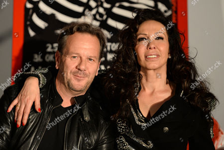 Us Singer Jennifer Rush (r) and German Makeup Artist Andrej Baranow (l) Pose During a Photo Call at the Filmpark Babelsberg in Potsdam Germany 31 October 2013 Germany Potsdam
